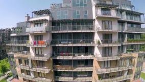 Bloc moderne d'appartements banque de vidéos