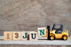 Bloc N de prise de chariot élévateur de jouet pour exprimer le 13 juin sur le concept en bois de fond pour la date civile dans le photos stock