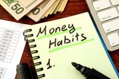 Bloc-notes avec des habitudes d'argent de mot Économie et planification photographie stock libre de droits
