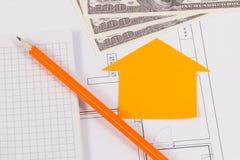 Bloc-notes avec le crayon et l'argent sur le plan de logement, louant ou vendant la maison ou le concept plat image libre de droits