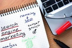 Bloc-notes avec le marketing de moteur de recherche de mots Photo stock