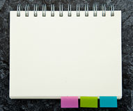 Bloc - notes avec le post-it Photo stock