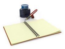 Bloc-notes avec le pot de stylo-plume et d'encre Images stock