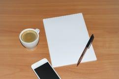 Bloc-notes avec le stylo Photos stock