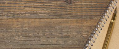 Bloc-notes avec le Tableau de Pen On The Old Wood de fontaine d'or Photos stock