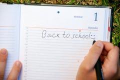 Bloc-notes avec le texte de nouveau à l'école Images stock
