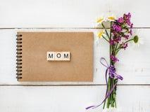 Bloc-notes avec les lettres en bois Image stock