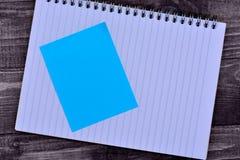 Bloc-notes avec les notes vides sur la table Photo libre de droits