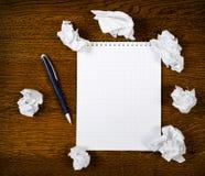 Bloc-notes blanc avec le crayon lecteur d'encre Photographie stock libre de droits
