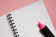 bloc-notes clair avec l'espace de copie et marqueur rose sur le fond rose, une note d'amour image libre de droits
