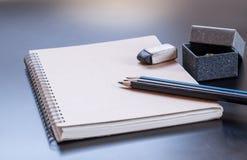 Bloc-notes, crayon, caoutchouc et boîte-cadeau Image stock