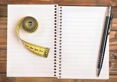 Bloc-notes de centimètre et de stylo Images stock