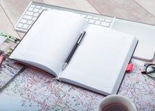 Bloc-notes de journal intime avec des accessoires sur la table Images stock