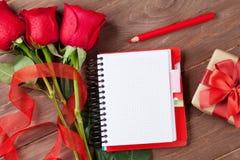 Bloc-notes de lettre d'amour, roses rouges et boîte-cadeau Image libre de droits