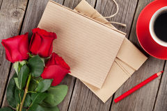 Bloc-notes de lettre d'amour, roses rouges et tasse de café Photographie stock