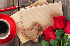 Bloc-notes de lettre d'amour, roses rouges et tasse de café Photographie stock libre de droits