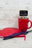 Bloc-notes en forme de coeur et cannette de tasse rouge Image stock