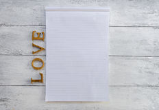 Bloc-notes et amour en bois Image stock