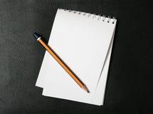 Bloc - notes et crayon Image stock