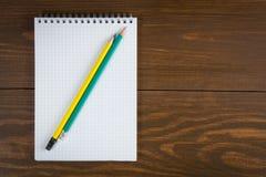 Bloc-notes et crayon Images libres de droits