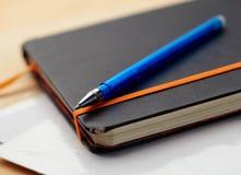 Bloc - notes et crayon lecteur Image stock