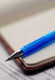 Bloc - notes et crayon lecteur Photos libres de droits