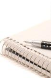 Bloc-notes et crayon lecteur spiralés Photographie stock libre de droits