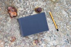 bloc-notes et crayon sur le plancher en béton Photos libres de droits