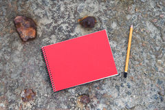 bloc-notes et crayon sur le plancher en béton Photos stock