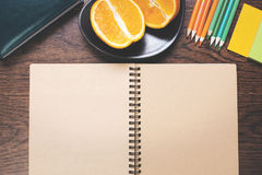 Bloc-notes et fruit vides sur le bureau Photo stock
