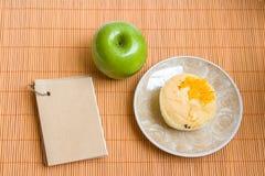 Bloc-notes et gâteau mousseline vert pomme Photographie stock libre de droits