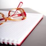 Bloc-notes et lunettes photographie stock libre de droits