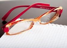 Bloc-notes et lunettes images libres de droits