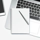 Bloc-notes et ordinateur portable vides Photos stock