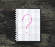 Bloc-notes et point d'interrogation sur la table images libres de droits