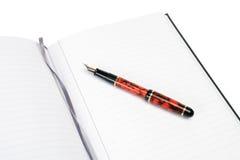 Bloc - notes et stylo-plume Photographie stock libre de droits