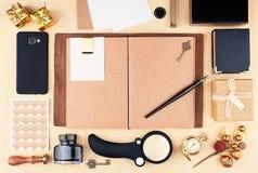 Bloc-notes fonctionnant Open avec le papier d'emballage brun Image stock