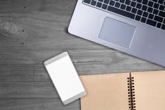 Bloc-notes, ordinateur portable sur la table en bois avec le copyspace gratuit quatre votre créatine Photos stock
