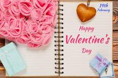 Bloc-notes ouvert avec des félicitations de Saint Valentin Images stock