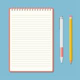 Bloc-notes ouvert avec le crayon et le stylo Image libre de droits