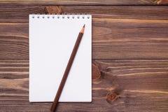 Bloc-notes ouvert propre pour écrire sur une feuille en spirale de bâti photo libre de droits