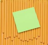 Bloc-notes sur des crayons Photographie stock