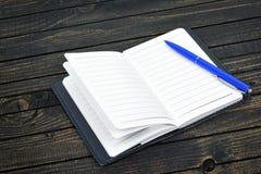 Bloc-notes sur la table photos libres de droits