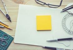 Bloc-notes sur la table de travail avec des éléments des outils, équipement Photographie stock libre de droits