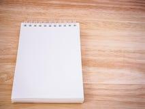 Bloc-notes sur la table en bois de bureau Photos libres de droits