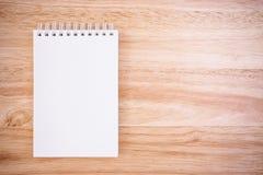 Bloc-notes sur la table en bois de bureau Images libres de droits