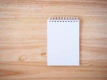 Bloc-notes sur la table en bois de bureau Photos stock