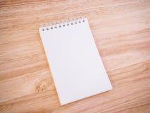 Bloc-notes sur la table en bois de bureau Photo libre de droits