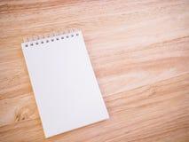 Bloc-notes sur la table en bois de bureau Photographie stock