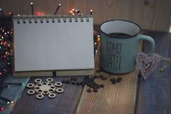 Bloc-notes, tasse bleue et flocon de neige sur un tablenn en bois Photo libre de droits